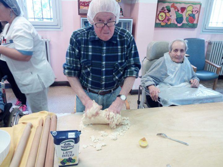 """Ospiti preparano la pasta fresca CRA """"Sassoli"""""""