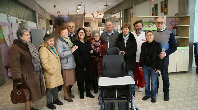 Foto di gruppo per la donazione della carrozzina